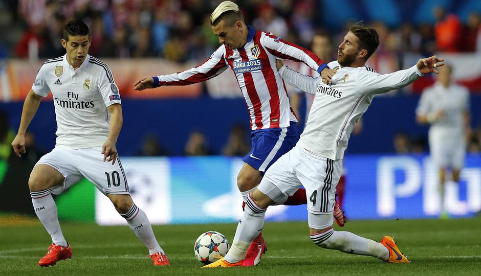 Temporada 14-15. Cuartos de final de la Champions League. Ida. Atlético de Madrid-Real Madrid. Griezmann evita la entrada rival.