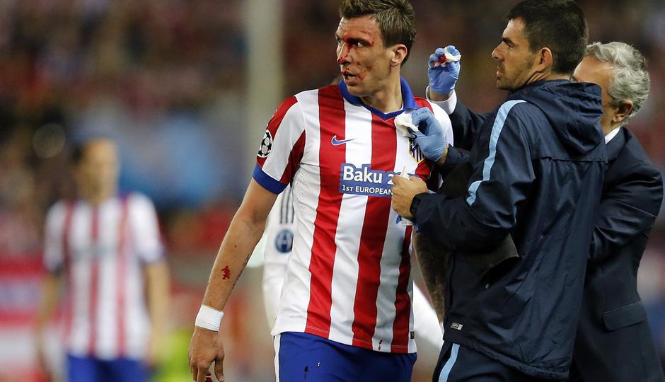 temporada 14/15. Partido Atlético de Madrid Real Madrid. Champions League. Mandzukic con el balón durante el partido