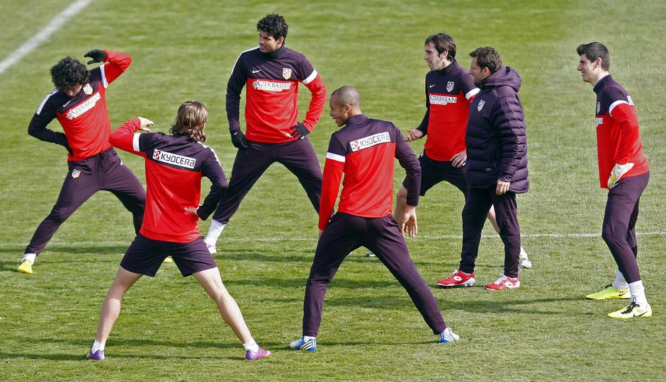 Temporada 12/13. Entrenamiento. Plano general, jugadores realizando ejercicios de estiramientos con el profe Carlos