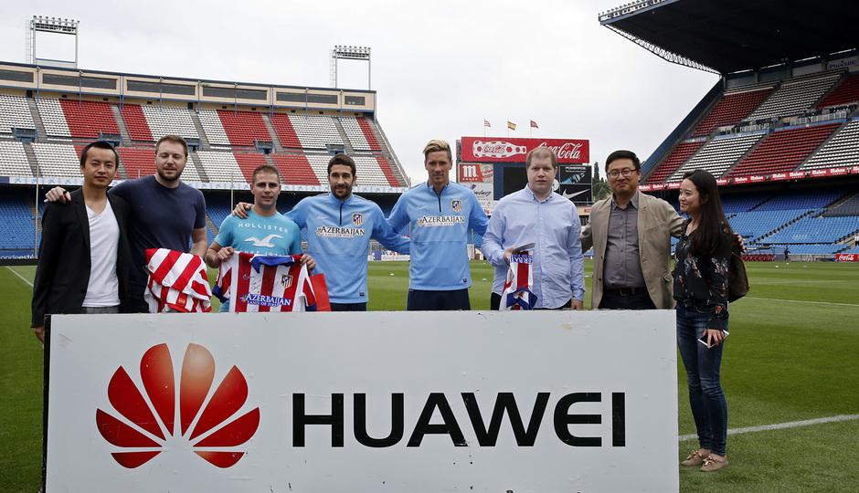 Torres Y Cani recibieron sus dispositivos Huawei. Todos posando.