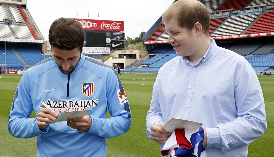 Torres y Cani recibieron sus dispositivos Huawei. Cani, en el momento de la firma de un autógrafo.