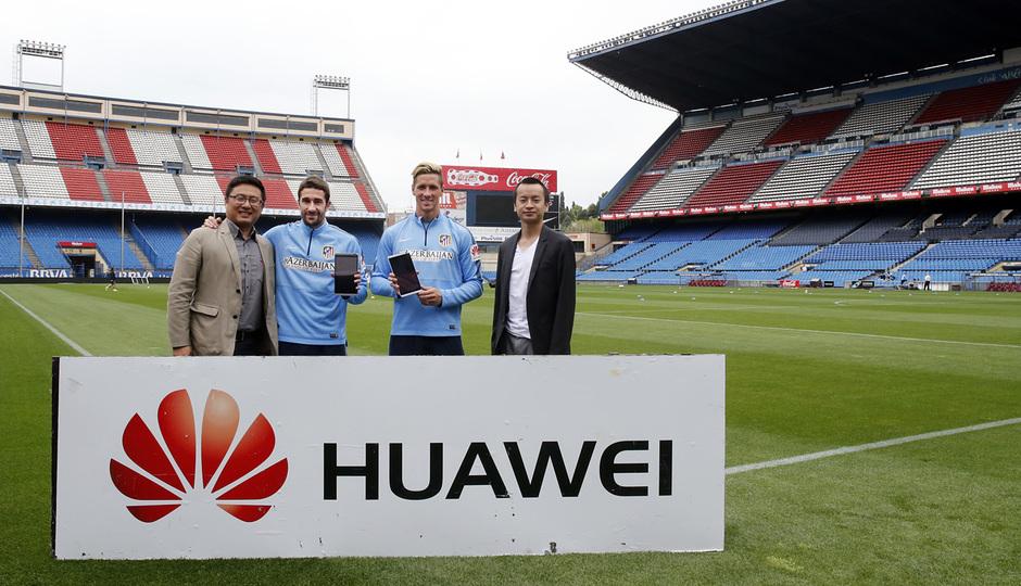 Torres y Cani recibieron sus dispositivos Huawei. Instante de la entrega.