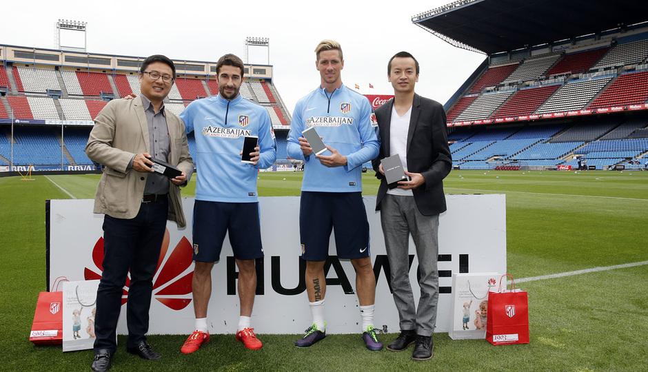 Torres y Cani recibieron sus dispositivos Huawei. Fernanto Torres y Cani, con sus nuevos Huawei.