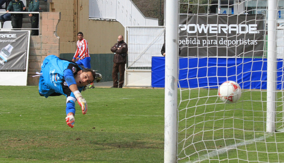 Temporada 2012-13. Atlético de Madrid B. Thomas observa como su disparo supera la meta del Tenerife.