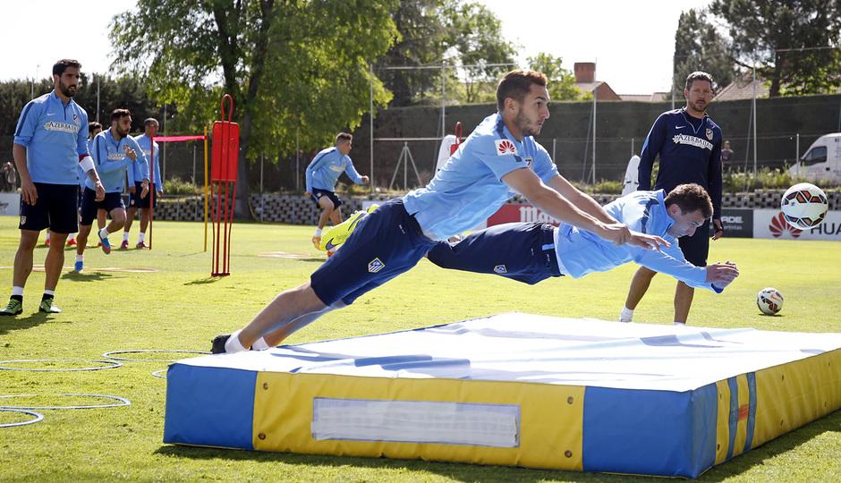 temporada 14/15. Entrenamiento en la ciudad deportiva de Majadahonda. Jugadores realizando ejercicios con balón durante el entrenamiento