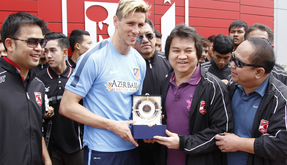 Fernando Torres se hizo una foto con el equipo y recibió un obsequio del Muangthong United