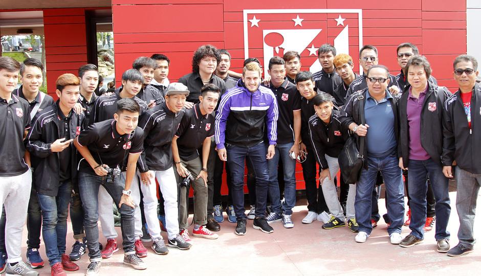 Koke posa con todo el equipo Sub 19 del Muangthong United en su visita a la Ciudad Deportiva