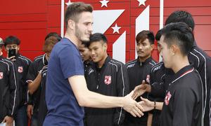 Saúl saludó uno por uno a todos los componentes del Muangthong United Sub 19