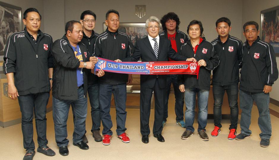 Los jugadores del Muangthong United Sub 19 posan con Enrique Cerezo y la bufanda con los colores de ambos clubes