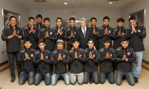 Los jugadores del Muangthong United Sub 19 posan con Enrique Cerezo