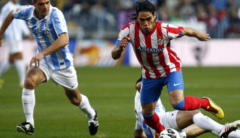 Temporada 2012-13. Falcao arranca con el balón controlado ante un jugador del Málaga