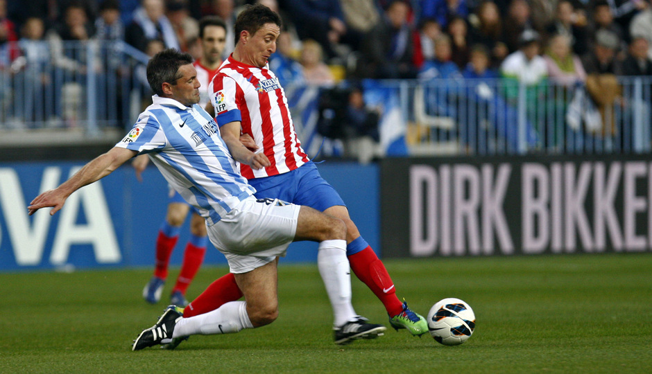 Temporada 2012-13. Cristian Rodríguez pelea por llevarse la pelota ante un jugador del Málaga.