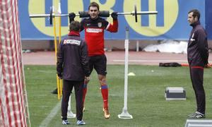 Adrián realiza ejercicios físicos en el Calderón en el entrenamiento realizado el lunes 4 de marzo