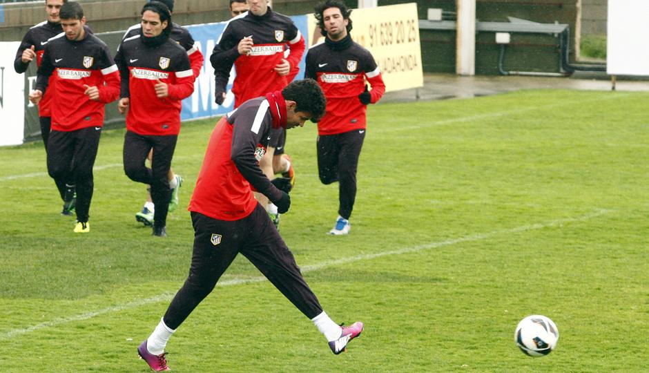 Temporada 12/13. Entrenamiento. Jugadores corriendo durante el entrenamiento en la ciudad deportiva de Majadahonda, mientras Diego Costa golpea un balón