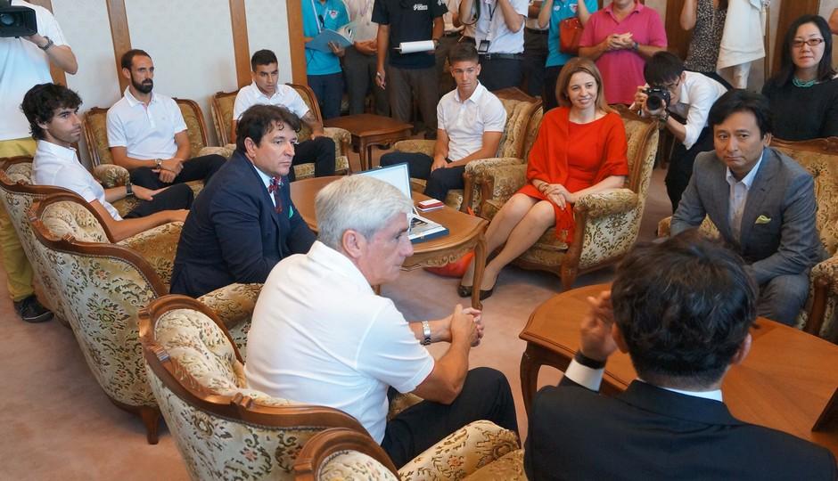 El Gobernador de Saga charla con Vietto, Correa, Juanfran y Tiago