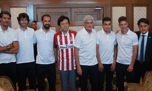 Vietto, Correa, Juanfran, Tiago y Clemente posan junto al Gobernador de Saga