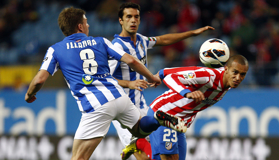 Temporada 12/13. Partido Atlético de Madrid Real Sociedad. Miranda se va ante dos adversarios durante el partido