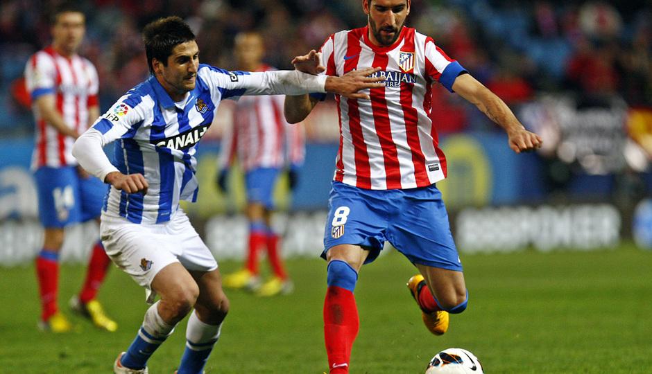 Temporada 12/13. Partido Atlético de Madrid Real Sociedad. Raúl García se va de un adversario durante el partido