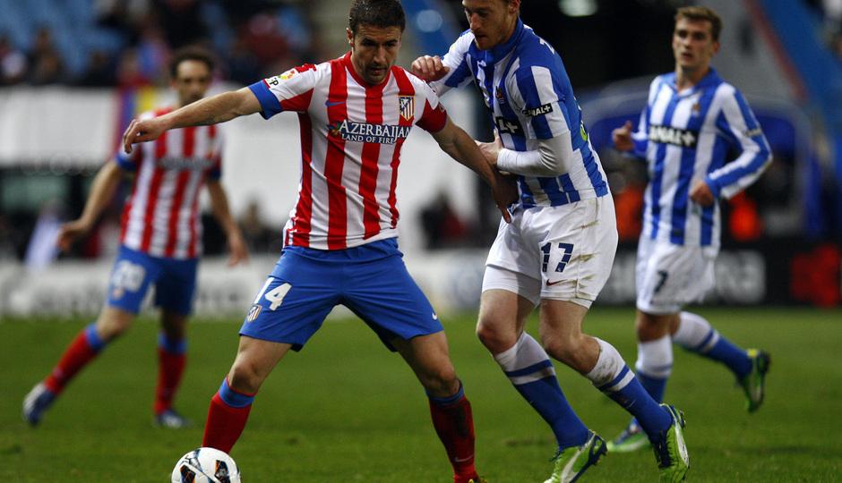 Temporada 12/13. Partido Atlético de Madrid Real Sociedad. Gabi se va de un adversario durante el partido