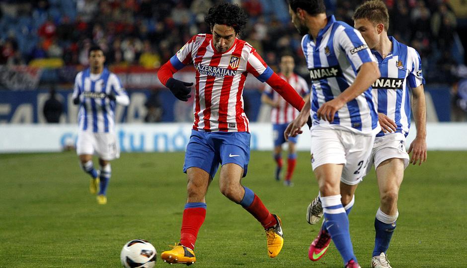 Temporada 12/13. Partido Atlético de Madrid Real Sociedad.Arda se va de un adversario durante el partido