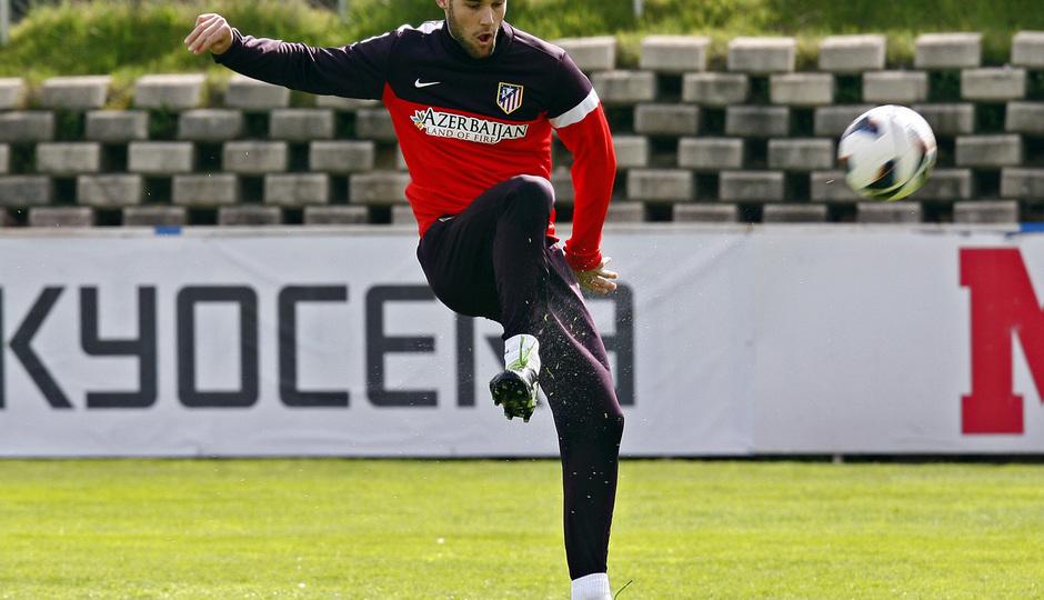 Temporada 12/13. Entrenamiento, Mario golpeando un balón durante el entrenamiento en el Cerro del Espino