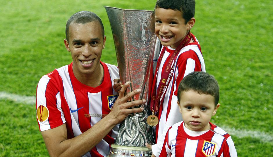 Temporada 12/13. Partido. Miranda celebrando la Europa league con sus hijos en el césped