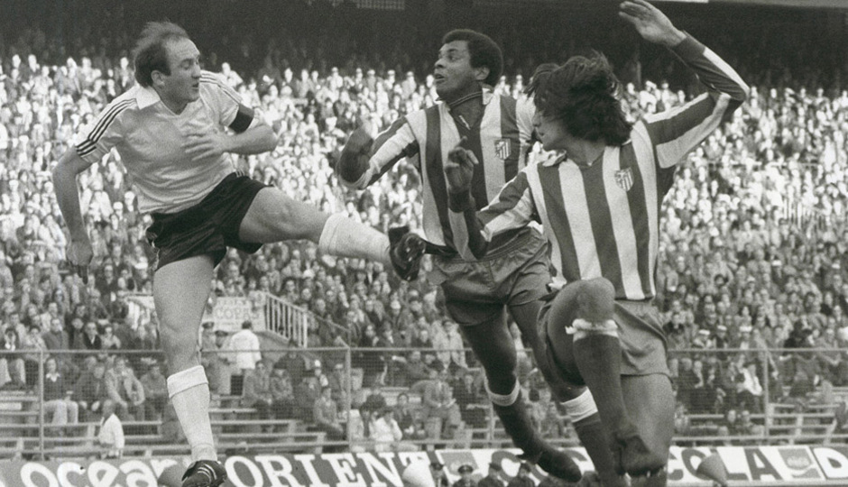 Luiz Pereira salta frente a un rival
