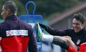 Temporada 12/13. Entrenamiento, Cristian Rodríguez estirando en el entrenamiento en la Ciudad Deportiva de Majadahonda