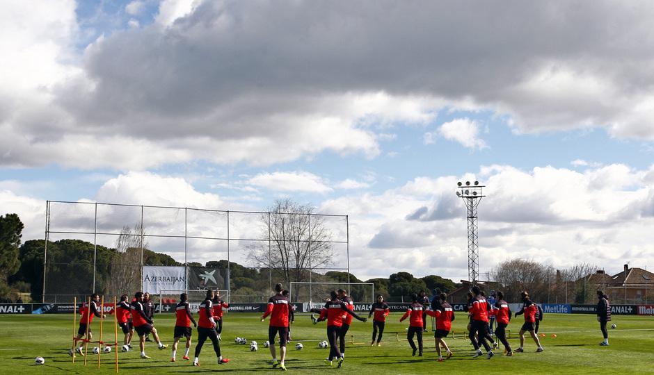 Temporada 12/13. Entrenamiento, rondos en el entrenamiento en la Ciudad Deportiva de Majadahonda, plano general