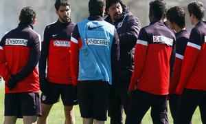 Temporada 12/13. Entrenamiento. Germán Burgos dando órdenes a varios jugadores durante el entrenamiento en la ciudad deportiva de Majadahonda