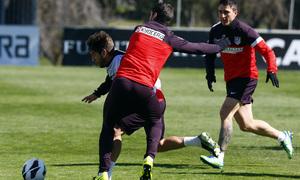 Temporada 12/13. Entrenamiento. Fran se marcha de Cristian Rodríguez durante el entrenamiento en la ciudad deportiva de Majadahonda
