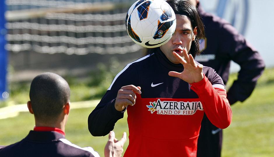 Temporada 12/13. Entrenamiento, Falcao rematando un balón con la cabeza en el entrenamiento en la Ciudad Deportiva de Majadahonda