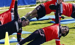 Temporada 12/13. Entrenamiento, Simeone y Falcao estirando durante el entrenamiento en la Ciudad Deportiva de Majadahonda