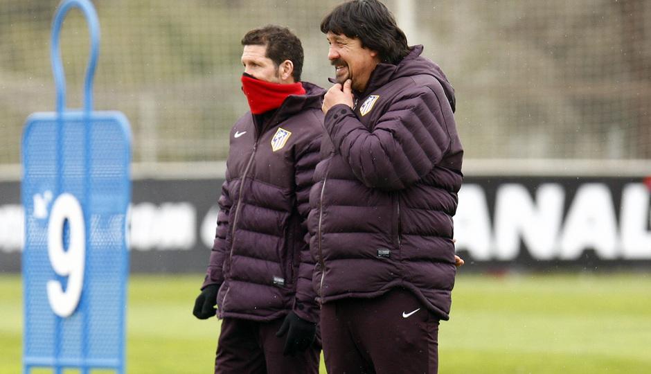 Temporada 12/13. Entrenamiento. Simeone y Germán Burgos hablando durante el entrenamiento en la ciudad deportiva de Majadahonda