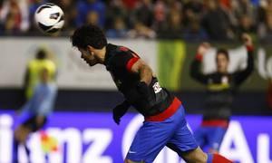 Diego Costa conecta el remate que supone el 0-1 ante Osasuna
