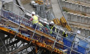 Obreros trabajando en la zona del marcador del fondo norte del Nuevo Estadio