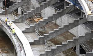Detalle de los obreros colocando las gradas en la grada intermedia del fondo sur del Nuevo Estadio