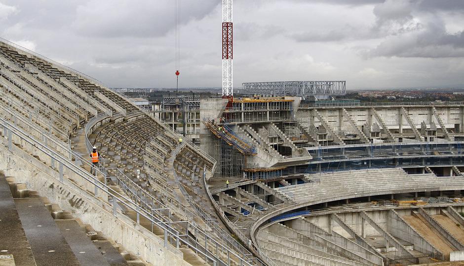 Vista del estado de las obras de la grada principal y el fondo norte del Nuevo Estadio