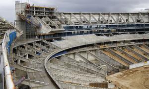 Vista del estado de las obras de la grada principal y la zona del marcador del fondo norte del Nuevo Estadio