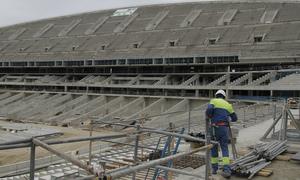 Vista del estado de las obras de la tribuna principal del Nuevo Estadio desde el fondo sur