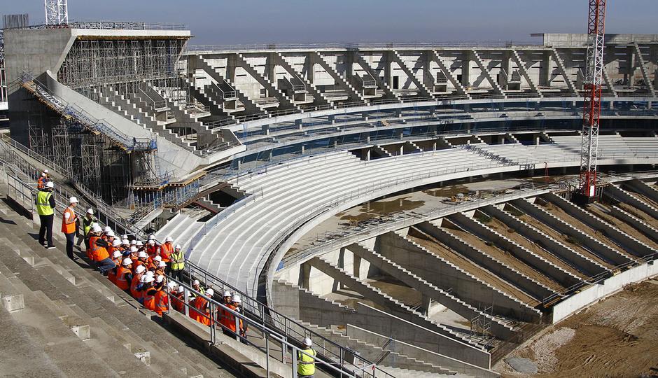 Visita de las Peñas al nuevo estadio | Peñistas escuchan las explicaciones en la tribuna principal