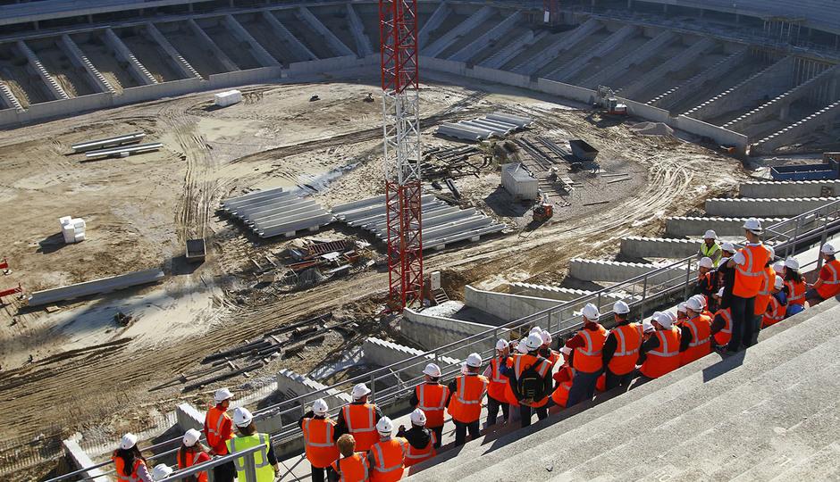 Visita de las Peñas al nuevo estadio | Peñistas escuchan las explicaciones desde la tribuna principal
