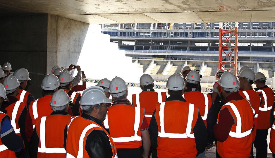 Visita de las Peñas al nuevo estadio | Los peñistas, en la salida del túnel de vestuarios