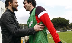 Temporada 12/13. Entrenamiento,Tiago saludando a Ujfalusi durante el entrenamiento en el Cerro del Espino