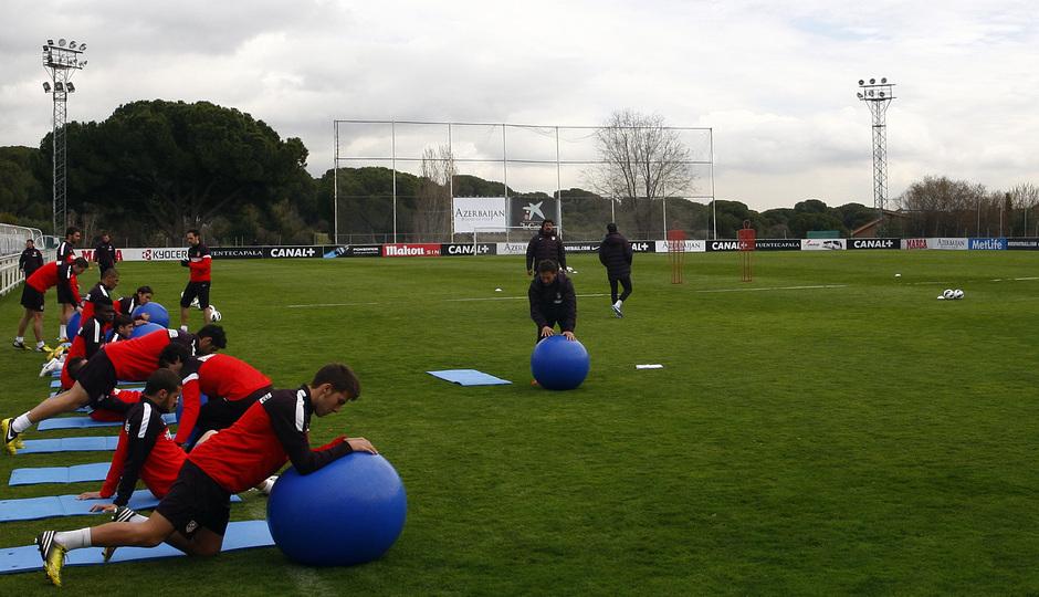 Temporada 12/13. Entrenamiento, jugadores realizando ejercicios con balones grandes durante el entrenamiento en el Cerro del Espino