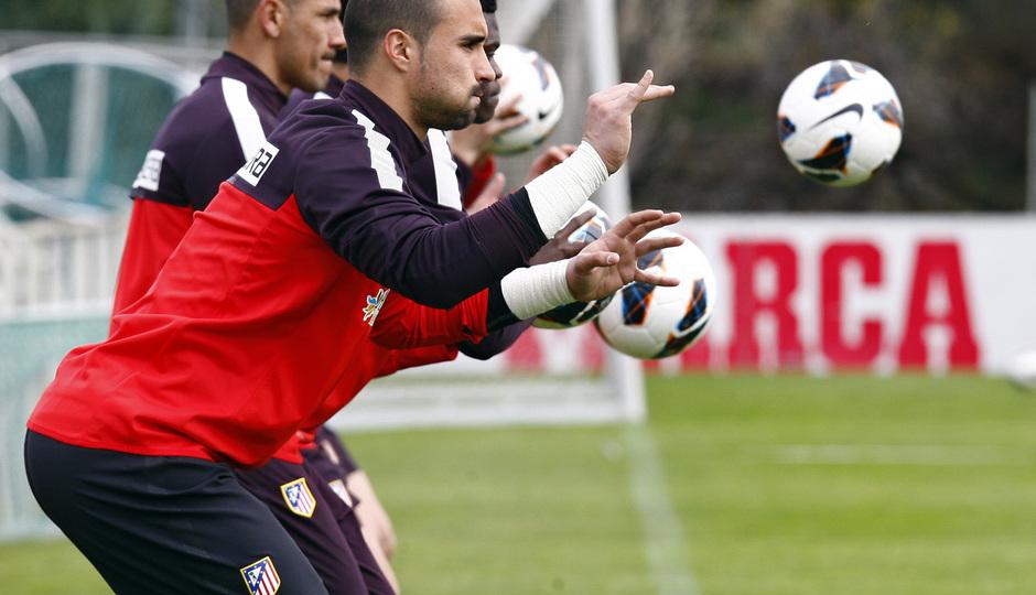 Temporada 12/13. Entrenamiento, jugadores realizando ejercicios con balones  durante el entrenamiento en el Cerro del Espino