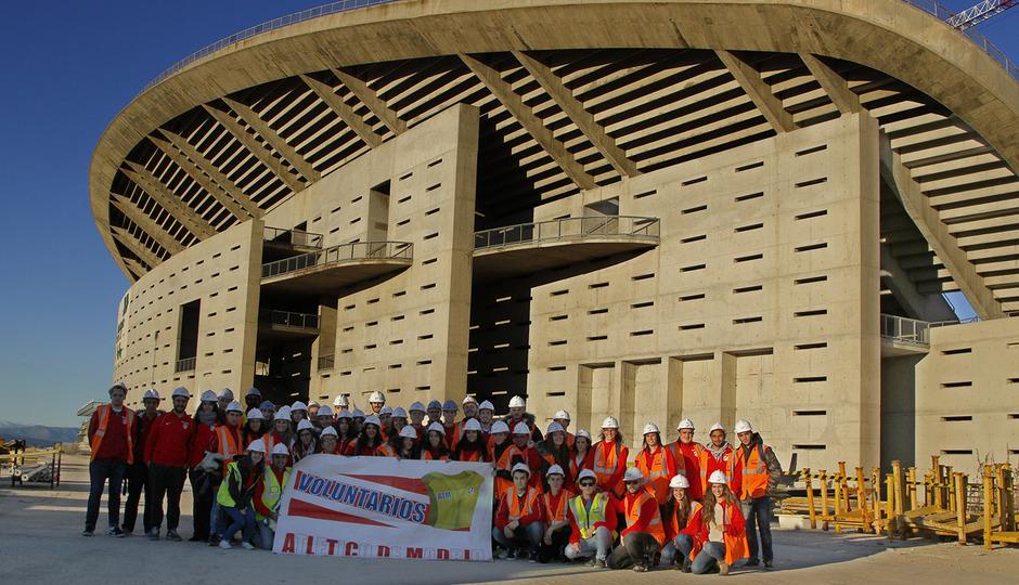 Los voluntarios visitan el nuevo estadio