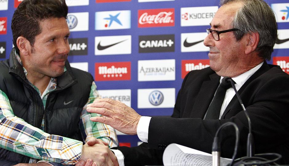 Adelardo y Simeone se dan la mano en la presentación de la campaña contra la leucemia infantil