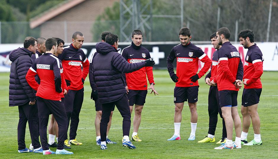Temporada 12/13. Entrenamiento, Simeone hablando con los jugadores durante el entrenamiento en la Ciudad Deportiva de Majadahonda
