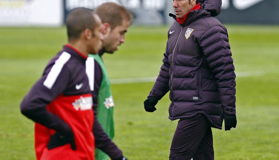 Temporada 12/13. Entrenamiento,Simeone siguiendo el entrenamiento en la Ciudad Deportiva de Majadahonda